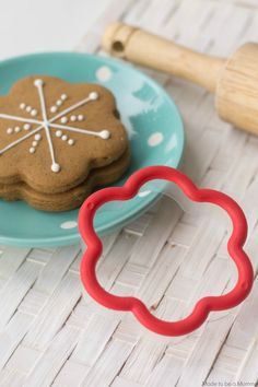 Gingerbread Cookie with a flower cookie cutter | Snowflake Cookies by @madetobeamomma