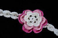 Čepice ze šikmých reliefních sloupků návod na kytičku   Mimibazar.cz Crochet Necklace, Floral, Flowers, Royal Icing Flowers, Flower, Flower, Florals, Blossoms