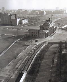 Klaus Eschen, Berlin, Am Brandenburger Tor ca 1965.