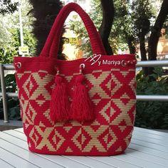 Söz 😉Bugün için son paylaşım olacak🤗 Bu muhteşem ve farklı wayuu çanta sahibiyle buluşmak için dün Bursa ya yolla çıktı bile.Simdiden… Tapestry Bag, Tapestry Crochet, Crochet Handbags, Crochet Purses, Granny Square Bag, Free Crochet Bag, Crochet Shoulder Bags, Bag Pattern Free, Tote Bags Handmade