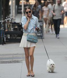 最初に続いてオリビア・パレルモ。彼女はフラットの取り入れ方が本当に上手。犬の散歩中でも気を抜かないアニマル柄のフラット靴。デニムシャツをうまくガーリーに仕上げるお手本のようなコーディネート。靴をとんがりにした時にはバッグもそれに合わせてカジュアルダウンしすぎない方がおしゃれの女子度が高まりますね。