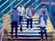 One Direction - Teen Choice Awards Performance 2013 (Video): Photo One Direction takes the stage for a performance of their song Harry Styles 2013, Harry Styles Imagines, One Direction Pictures, I Love One Direction, Best Song Ever, Best Songs, Teen Choice Awards 2013, Awards 2017, Members Of One Direction