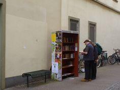 """""""Und inmitten der spröden Einrichtung dieses Arbeitsraumes stand ein kleiner Bücherschrank mit Glastür und einem grünen Taftvorhang. Von dieser Bücheraufbewahrung möchte ich nun erzählen. Der Büche…"""