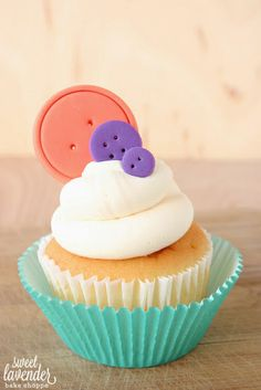 """Tutorial! Edible button """"how to""""- Perfect for Cupcakes or Cakes!"""