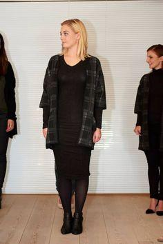 Sort Gio wool dress under Gloss Kimono - en lækker must-have!