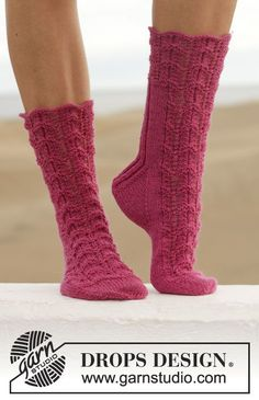 """Love Walked In - Knitted DROPS socks with lace pattern in """"Fabel"""". - Free pattern by DROPS Design Crochet Socks, Knitted Slippers, Knit Or Crochet, Knitting Socks, Knitting Patterns Free, Free Knitting, Free Pattern, Pattern Print, Crochet Patterns"""