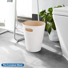 The sculptural appeal of our Woodrow Wastebasket by Umbra makes it an elegant choice for use in the office or bathroom. A single cut-out handle adds style as well as function. Made from bent wood with a painted finish. Wood Design, Modern Design, Modern Contemporary, Minimalist Design, Wood Trash Can, Madeira Natural, Bent Wood, Waste Paper, Garbage Can