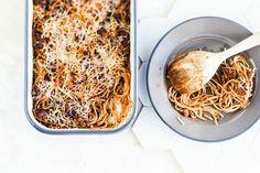 Vappu Pimiän maistuva spagettivuoka – katso hittiohje! - Kotiliesi.fi Snack Recipes, Dessert Recipes, Snacks, Salty Foods, I Want To Eat, Gluten Free Recipes, Macaroni And Cheese, Food And Drink, Pasta