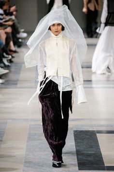 The complete Ann Demeulemeester Fall 2017 Ready-to-Wear fashion show now on Vogue Runway. Dark Fashion, Modern Fashion, Fashion 2017, Runway Fashion, Fashion Brands, Fashion Outfits, Steampunk Fashion, Gothic Fashion, Moda Cyberpunk