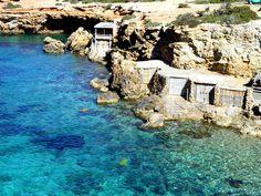 Si hay algo que nos ha fascinado de Ibiza son las casetas de pescadores. Dan un encanto especial a cualquier escena en sus calas, y sentarte con los que faenan a la orilla a charlar un rato te da o…