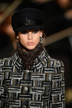 See all the Details photos from Chanel Autumn/Winter 2018 Pre-Fall now on British Vogue Knit Fashion, Fashion Week, Fashion Brand, High Fashion, Fashion Design, Chanel 2017, Chanel Runway, Style Couture, Couture Fashion