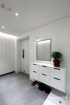 블랙철제중문이 포인트인 마포 하중동 한강밤섬자이 현관 인테리어 (Entrance Interior)안녕하세요. 한성... Entrance Design, Living Spaces, Living Room, Studio Interior, Shoe Cabinet, Shoe Closet, Ceiling Design, Downlights, Console Table