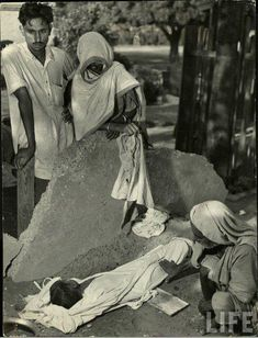 """kaagazkalam: """"Punjab Mass Migration 1947 by: Margaret Bourke-White for LIFE Magazine On the and days of the year, two countries celebrate their """"Independence Day. Rare Pictures, Rare Photos, 1947 India, Mass Migration, Margaret Bourke White, India Independence, History Of India, Indian People, India And Pakistan"""