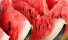 We usually throw out the hard green watermelon rind of the juicy fruit, but did you know that the watermelon rind has many nutritional and remedy benefits? Watermelon Pickles, Green Watermelon, Watermelon Recipes, Eating Watermelon, Watermelon Slices, Detox Tips, Detox Recipes, Detox Foods, Easy Recipes