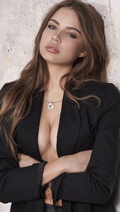 Xenia Tchoumitcheva ... Ufff