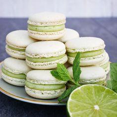 Macarons med smak av lime och mynta, som drinken mojito i en sötsyrlig tugga! Raw Dessert Recipes, Raw Desserts, Delicious Desserts, Macaron Recipe, Holiday Recipes, Food And Drink, Snacks, Fika, Semester
