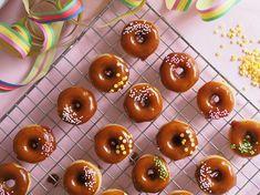 Ihanat Salted Caramel Donitsit eli suolakinuski-donitsit paistuvat kätevästi uunissa jo 5 minuutissa donitsipellillä. Itsekeitetty suolalla maustettu kinuski on taivaallista näiden pienten herkkujen kuorrutteena! Salted Caramel Donitsit sopivat täydellisesti vappupiknikille!