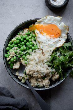 Herzhaftes Oatmeal mit Gemüse und Ei