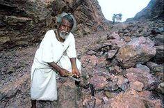 Em 1960, o viúvo obstinado começou a cavar e abrir caminho no meio da montanha que lhes causou problemas durante séculos.