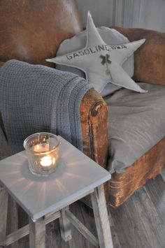 Grey looks wonderful with this elegantly knackered leather arm chair Vintage Room, Shabby Vintage, Gray Interior, Interior Design, Country Cottage Living Room, Cozy Nook, Home Textile, Home Decor Inspiration, Home Accents