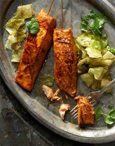Pikantne szaszłyczki z łososia w ajwarze z grillowaną kapustą i sosem czosnkowym #lidl #przepis #okrasa #szaszlyki #losos #ajwar #grill #kapusta #sos #czosnek