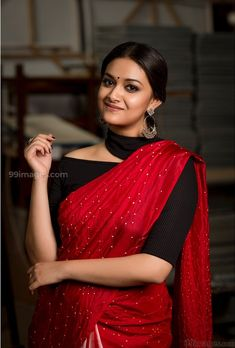 Actress Keerthy Suresh Stills In Traditional Indian Saree Look - Social News XYZ Sari Blouse Designs, Fancy Blouse Designs, Designer Blouse Patterns, Saree Jacket Designs Latest, Designer Dresses, Designer Sarees, Gifs, Stylish Blouse Design, Stylish Sarees