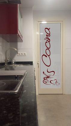 Vinilo para cristales, translucido con el dibujo a color. Queda genial!! A juego con los muebles de cocina!! #lovevinilos
