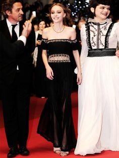 """Bei der Premiere ihres neuen Films """"The Dancer"""" in Cannes vor zwei Wochen, trug Lily Rose eine orientalisch anmutende Off-Shoulder-Robe von – was sonst – Chanel."""