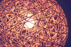 Lampenschirm aus Wolle selbst machen - was man noch braucht: Kleister, Luftballon.