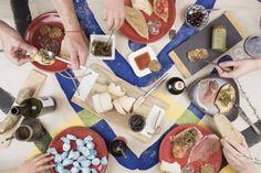 Un viaggio tra arte, prodotti enogastronomici e paesaggi delle Marche. Scopriremo le opere realizzate da artisti internazionali per il Festival PopUp e la Gluppa, una food box innovativa che contiene i sapori e le tradizioni di questa splendida regione.