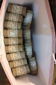 Porta guardanapos feitos de juta aberta, renda e meia pérola.