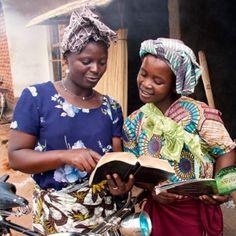 Uma Testemunha de Jeová usando a Bíblia para raciocinar com outra pessoa