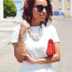 Look con falda midi y accesorios