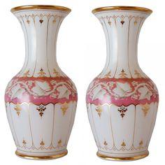 BACCARAT - Par de belos vasos de opalina francesa. Corpo de fundo branco leitoso decorado ao centro