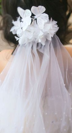 Very light and airy bridal flower with some whimsical butterflies atop this hair comb.