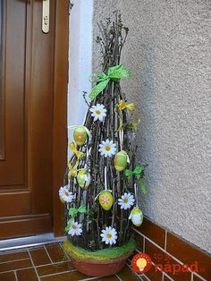 Green Easter Egg Decor for your Front Porch Easter Tree, Easter Wreaths, Outside Halloween Decorations, Spring Decorations, Tree Branch Decor, Spring Crafts, Flower Crafts, Easter Crafts, Easter Decor