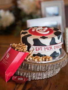 Obsessed with fast food? See how six couples included their favorite fast food chains in their weddings. Floral Wedding Cakes, Wedding Cakes With Flowers, Flower Cakes, Floral Cake, Fall Birthday, 1st Birthday Parties, 2nd Birthday, Birthday Ideas, Birthday Cakes