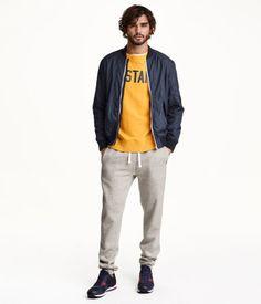 ドローストリング入りゴムウエストのスウェットパンツ。サイドポケット付き。バックポケット1つ付き。裾にリブ付き。ソフトな裏起毛。