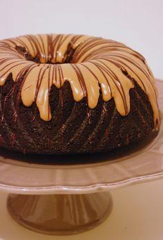 Un bundt cake chocolat cacahuètes à la texture fondante et au glaçage cacahuète.