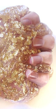*** PLEASE NOTE: This listing is for 5 ounces of product that will come to you in a 6 ounce container *** COLOR: Gold Rush is a clear slime with gold leaf flakes in it. Gold leaf is imitation gold. TEXTURE: Gold Rush is a clear glue based silly putty slime. WHAT YOU RECEIVE: -