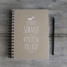 """""""Si puedes soñarlo, puedes hacerlo"""" Bullet Journal Notebook, Diy Notebook, Bullet Journal Inspo, Notebook Covers, Beautiful Notebooks, Cute Notebooks, Diy Agenda, Fancy Writing, Cute School Supplies"""