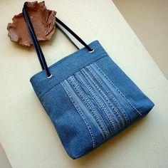Džíska s vyšisovanými kšandami Originální prostorná kabelka ze středně modré džínoviny ozdobená na předním díle kšandami z původních džín s krásně vykreslenou patinou. Je uzavíratelná na pevný zip, podlepená ronopastem, dno a horní okraj speciálním pevným podžehlením, takže dobře drží tvar, což je patrné z fotografií. Má kvalitní světle modrou podšívku ...