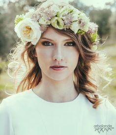 """Corona de flores frescas inspiración para la editorial """"Romantic Bride"""" publicada en el nº7 de Tendencias de Bodas :: Romantic bridal ciclet, flower crown for a shooting"""