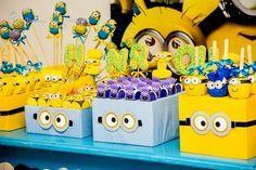 Amo a mistura entre as cores azul e amarela e elas ganharam destaque nessa decoração inspirada no filme Meu Malvado Favorito.Os Minions invadiram a festa de 4 anos do Henrique e encheram os olhos dos convidados.