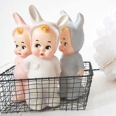 Dit bijzondere Babykonijn lampje van Lapin & Me is geïnspireerd op een vintage popje uit de jaren '40. De lampjes worden met de hand beschilderd en hebben een mooie matte afwerking. Een echte eyecatcher, of hij nu aan is of niet.