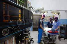 El trabajo en equipo con médicos enfermeras cirujanos realizar cirugía en el paciente enfermo en la sala de operación Foto de archivo