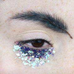 feather eyebrow trend x ilonarah on insta Eyebrow Makeup, Eyeshadow Makeup, Makeup Art, Makeup Inspo, Makeup Inspiration, Eyebrow Fails, Eyebrow Trends, Rimmel, Crazy Eyebrows