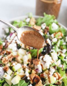 This HONEY BALSAMIC DRESSING is a sweet and tangy dressing that my whole family loves. This healthy recipe uses less oil and tastes amazing! Salad Dressing Recipes, Salad Recipes, Salad Dressings, Traditional Dressing Recipe, Jamie Oliver, Healthy Snacks, Healthy Eating, Healthy Recipes, Honey Balsamic Dressing