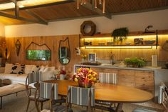 Tropical style kitchen by Marina Linhares Decoração de Interiores