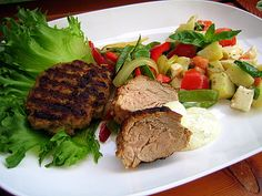 Bbq-porsasta  ja jauhelihapihvejä grillissä